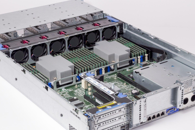 サーバーに搭載されているCrucial RAMメモリモジュール