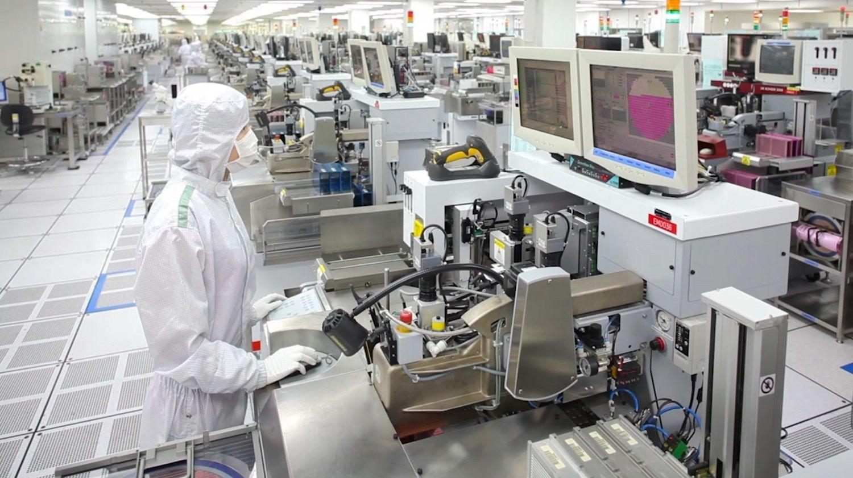 ラボでCrucialメモリチップの製作に従事するCrucial技術者