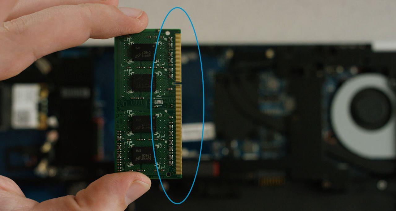 メモリの取り付けに際して避けるべき金色のピンまたはメモリモジュールのコンポーネント