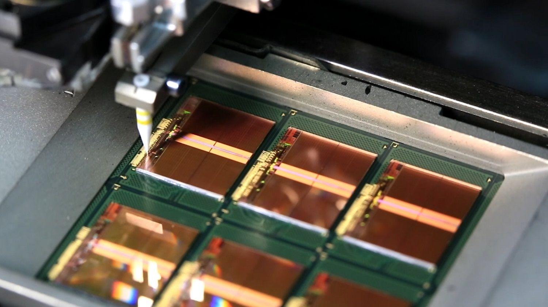 メモリ製造工程の一環として、細い金のワイヤによってチップのボンディングパッドがフレームに接続されます。