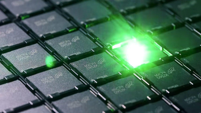 メモリの製造プロセス時に、各メモリチップにはレーザーで識別コードがエッチングされます。