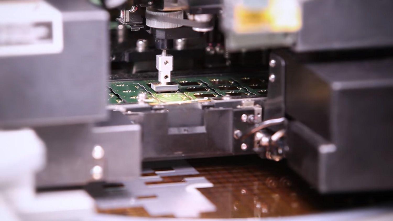 フィーダーからチップを受け取ってPCBに配置するピック&プレース機