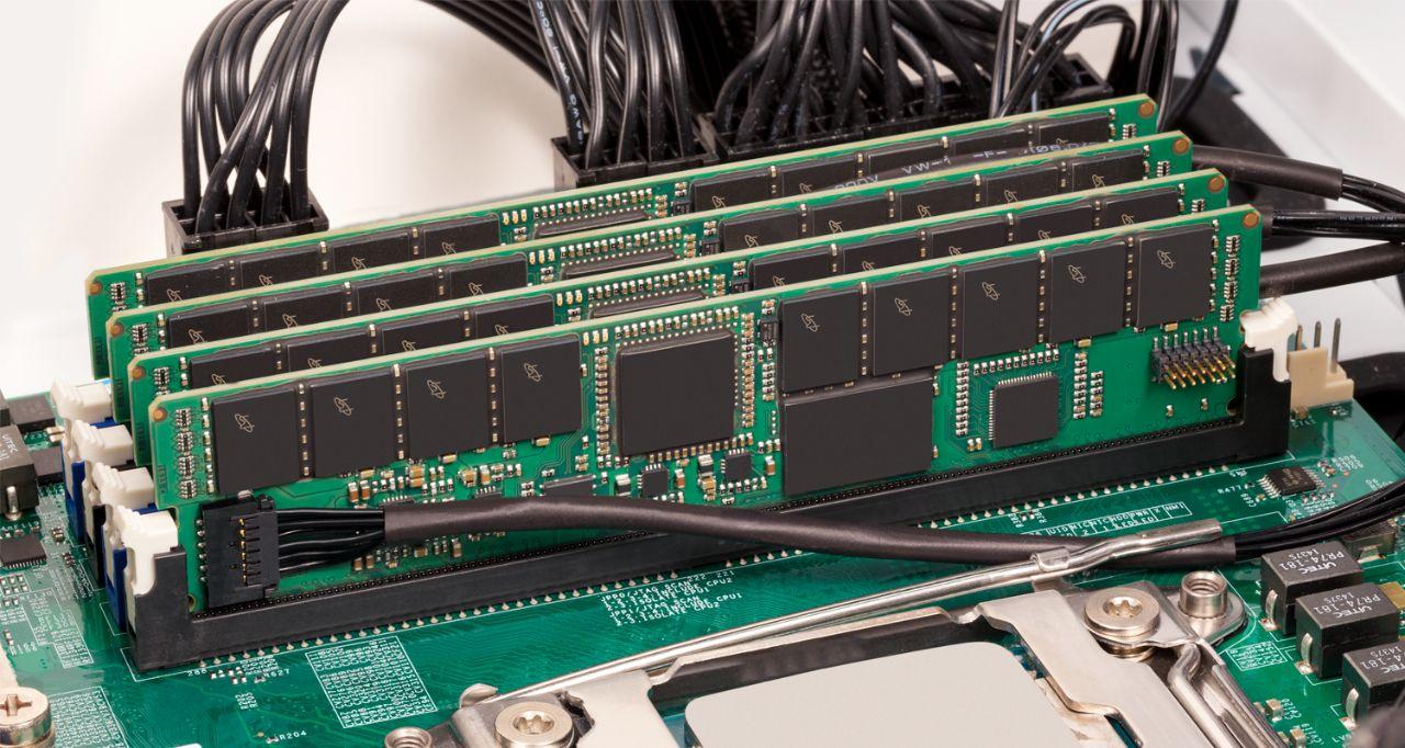 CrucialサーバーメモリRAM。