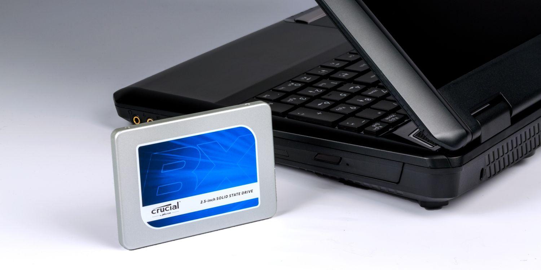 Crucial SSDドライブとノートブックPC。