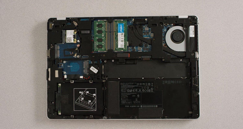 ケースを取り外したノートパソコンの内部