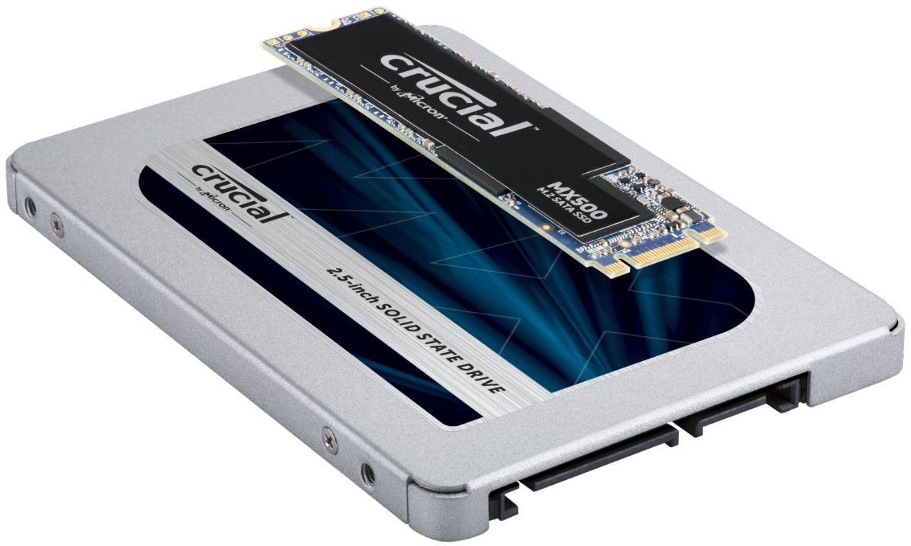重ねられた2枚のCrucial RAMメモリモジュール(SSDモジュールのサイズと形状の違いを示す)