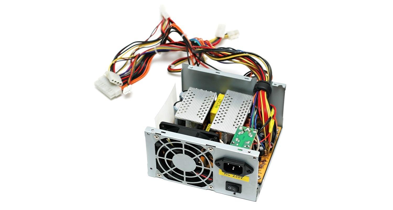 白を背景に、単体で取り出されたパソコン電源の画像