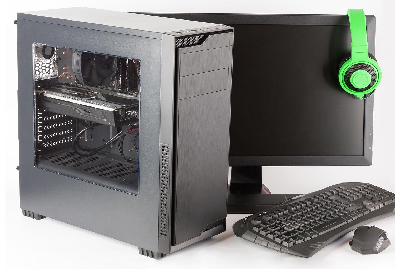 モニター、キーボード、ゲーム用マウス、ヘッドフォンを備えたゲーミングPC