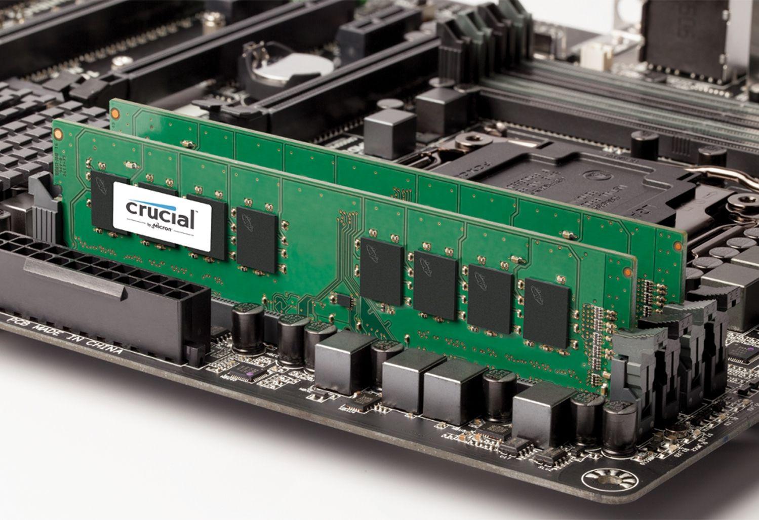 むき出しコンピューターマザーボード上のCrucial RAMメモリモジュール(古いコンピューターのメモリをアップグレードする方法を示す)