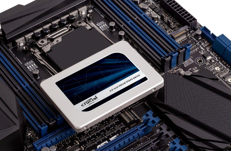 むき出しのコンピューターマザーボード上のCrucial SSD(古いコンピューターのストレージドライブをアップグレードする方法を示す)