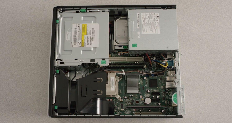 ケースを取り外して内部ハードウェアコンポーネントが露出したデスクトップパソコン
