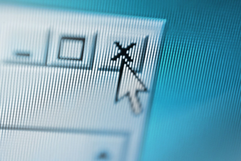 疑わしいポップアップウィンドウをマウスポインターで閉じている様子を表示したパソコン画面のズームアップ
