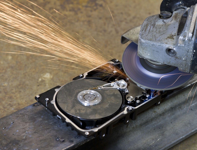 電気ノコギリか粉砕機で破壊されているディスクドライブ