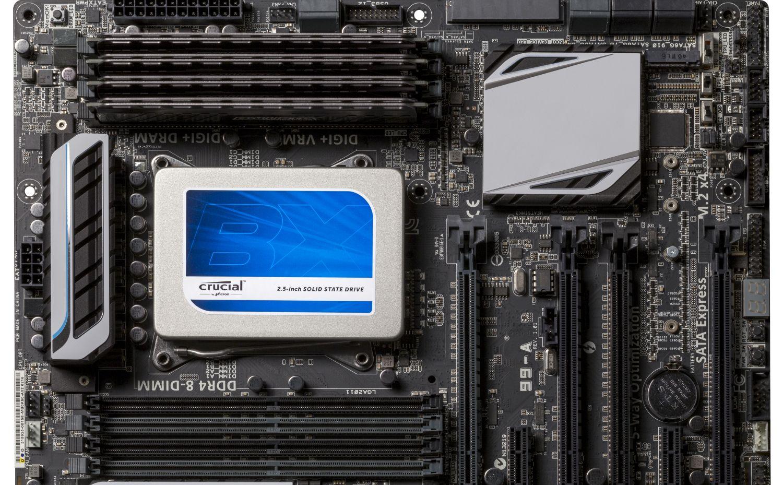 コンピューターにインストールされたCrucialソリッドステートドライブ(SSD)